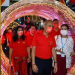 รมว.ท่องเที่ยวฯเปิดไฟประดับเทศกาลตรุษจีนตลอดถนนเยาวราช ชาวไทยเชื้อสายจีนยังคงออกมาขอพรไหว้เจ้า นายกรัฐมนตรีอวยพรตรุษจีนแก่คนไทยเชื้อสายจีนให้สุขสมหวัง ร่ำรวยตลอดไป