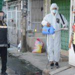 ผู้ช่วยรัฐมนตรีประจำสำนักนายกรัฐมนตรี นำทีมฉีดพ่นฆ่าเชื้อโควิด-19 ชุมชนในเขตบางแค กทม.