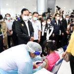 นายกฯขอโทษถ้าทำประชาชนไม่สบายใจปัญหาฉีดวัคซีนตรวจเยี่ยมศูนย์ฉีดวัคซีนผู้ประกันตน ม. 33 สนามกีฬาไทย – ญี่ปุ่น ดินแดง สถานีกลางบางซื่อปูพรม<strong>สั่งวัคซีน 'จอห์นสัน แอนด์ จอห์นสัน-ไฟเซอร์' รวม 25 ล้านโดส