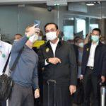 """นายกรัฐมนตรีต้อนรับนักท่องเที่ยวต่างประเทศ เที่ยวบิน SQ736 จากสิงคโปร์-ภูเก็ต ในโครงการ """"Phuket Sandbox"""""""