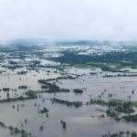 นายกรัฐมนตรีนำรัฐมนตรี ส.ส. ลงพื้นที่ประสบอุทกภัยจังหวัดสุโขทัย กำชับส่วนราชการเร่งเยียวยาประชาชน